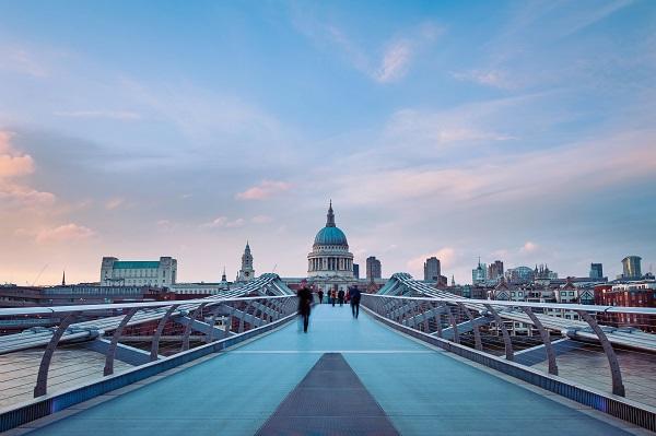Millennium Bridge bij St. Pauls Cathedral