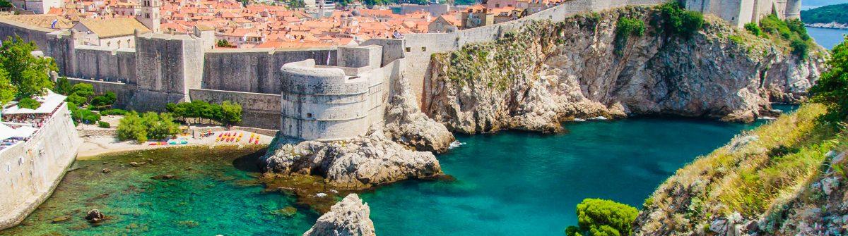 Dubrovnik in Kroatien, Panoramablick auf die Stadtmauern iStock_000023855600_Large-2