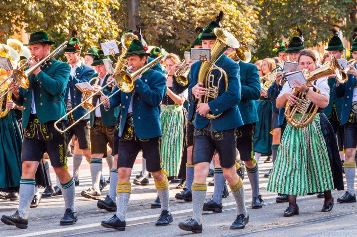 adorned-thoroughbred-horses-at-the-costume-and-riflemens-parade-during-the-oktoberfest-in-munich-shutterstock_218669785-kochneva-tetyana-2-707x471