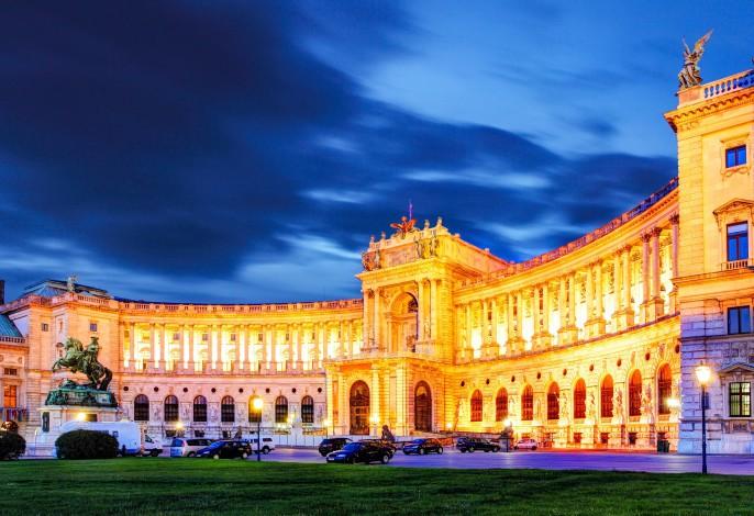 Wien Night Castle shutterstock_119662132-2