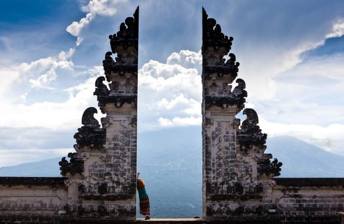 indonesia-bali-tourist-standing-betwen-lempuyang-gate-shutterstock_436321114-2-707x462