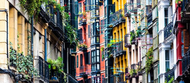 Fassade – Detailabbildung im Casco Viejo, Bilbao iStock_000021640196_Large-2
