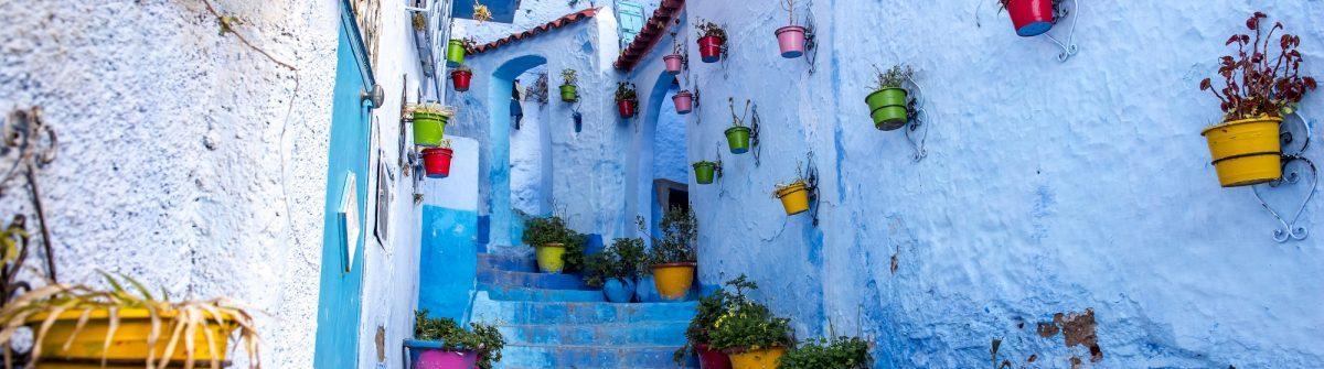 Blaue-Straßenszene-von-Chefchaouen-Marokko-iStock-656498004-1200×335