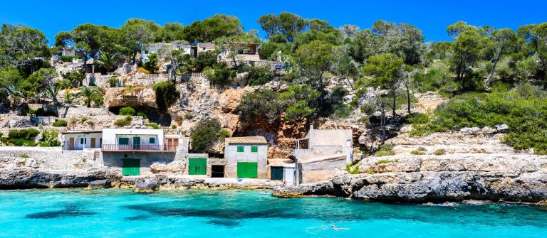 Cala Llombards – beautiful beach in bay of island Mallorca, Spain shutterstock_615112118-2 Kopie