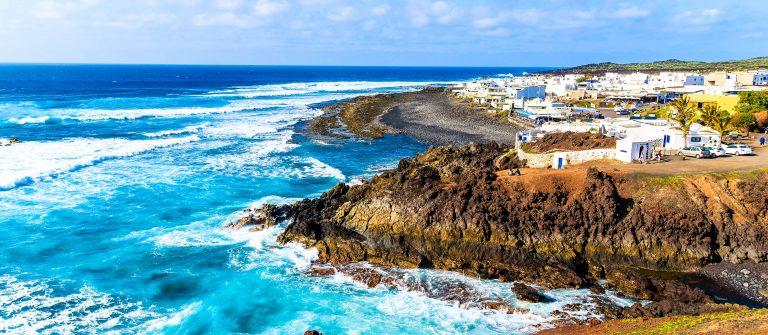 Het El Golfo dorp aan de Atlantische kusthutterstock_269113607-2