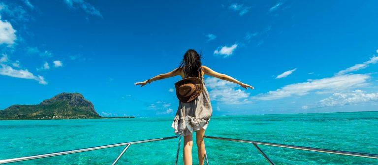 Vrouw op boot met uitzicht over prachtige oceaan
