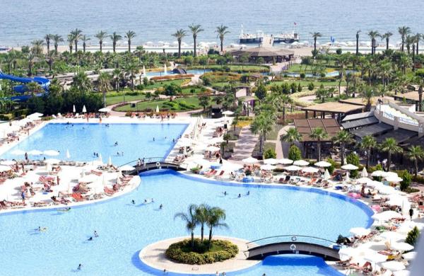 Het zwembad van het resort