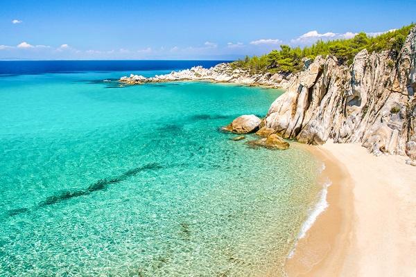 rotsen en strand bij de heldere zee