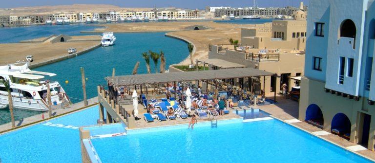 uitzicht vanuit het Marina Lodge hotel over de haven van Port Ghalib