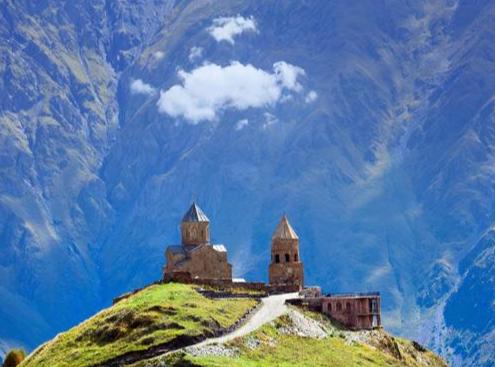 een kerkje in de machtige kaukasus