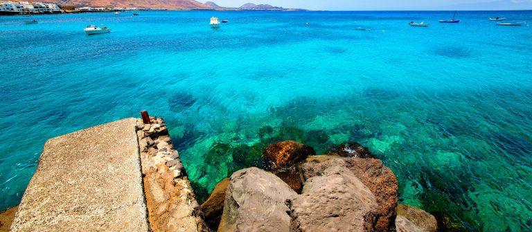Het heldere water bij Lanzarote