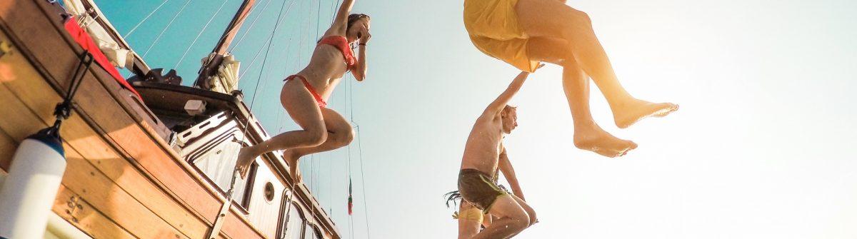 Jongeren springen in het water op Ibiza