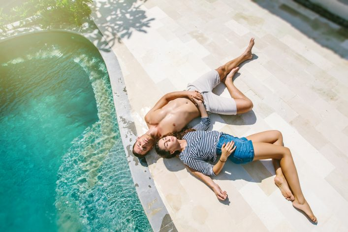 couple_sleeping_pool_322350296