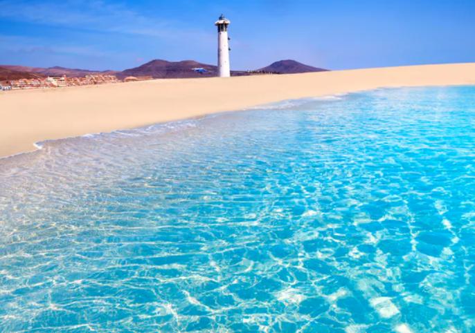 het helderblauwe water van Fuerteventura