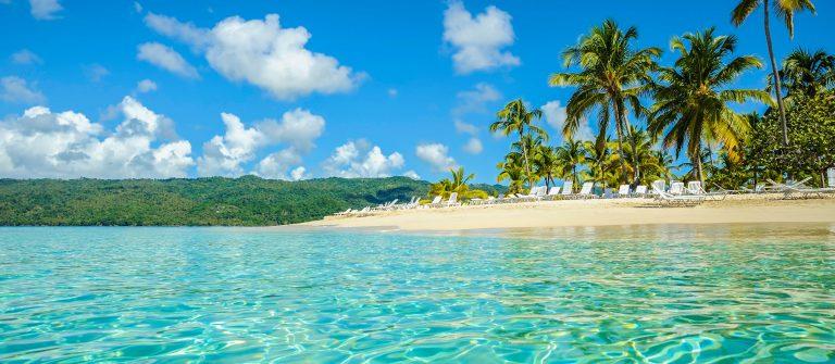 Strand van het mini-eilandje Cayo Levantado, Dominicaanse Republiek,
