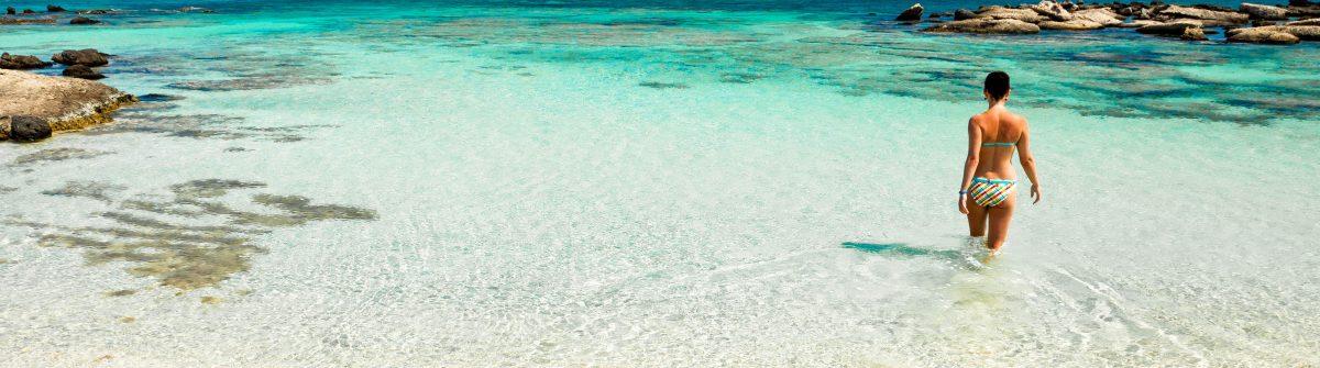 Vrouw op een strand op Kreta
