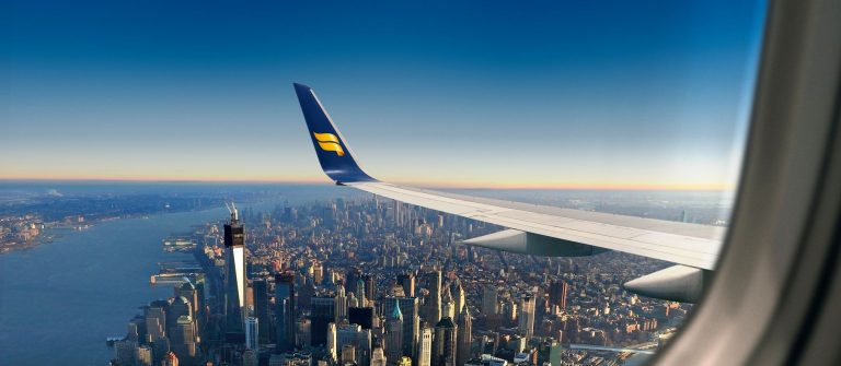 Icelandair vliegtuig over New York