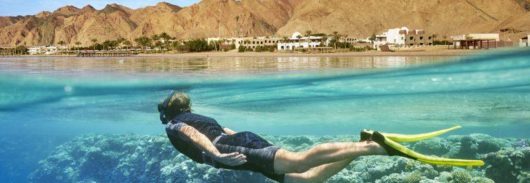 Snorkelaar in de Rode Zee bij Egypte