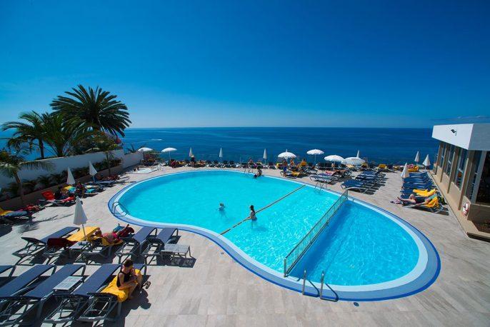 Zwembad bij Duas Torres hotel