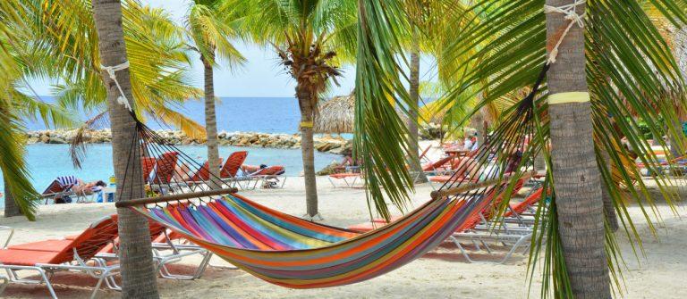 Een hangmat aan het strand van Curacao