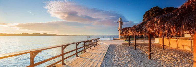 Vuurtoren aan strand Zadar