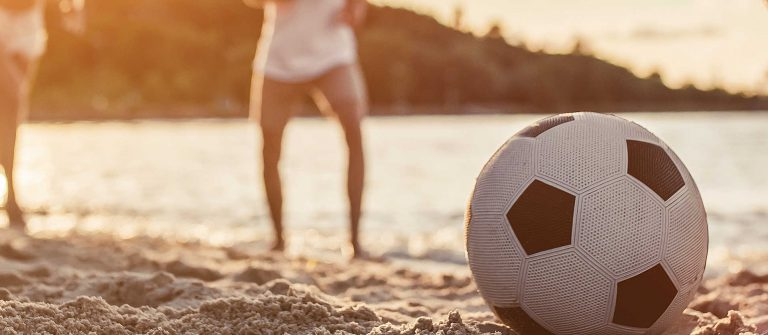 voetballen op het strand