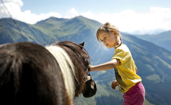 Pony en meisje in Saalbach Hinterglemm