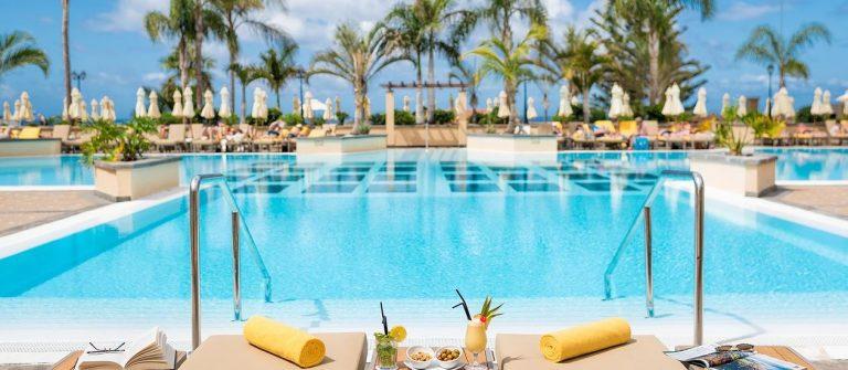 Zwembad bij het resort