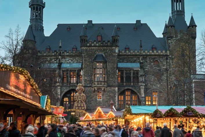 De kerstmarkt van Aken op het Raadhuisplein