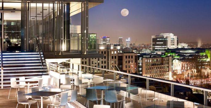 Het terras van de Doubletree Hilton