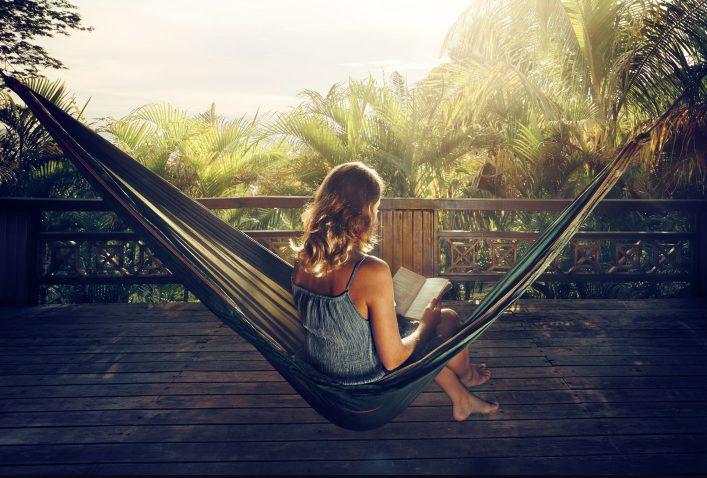 vrouw aan het lezen in hangmat